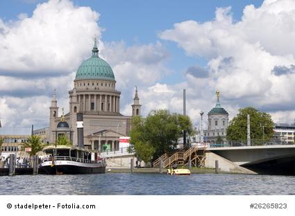 Silhouette von Potsdam vom Wasser aus mit Nikolaikirche